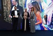Özlem Yıldız elinden Belma Dönertaş'a ödül