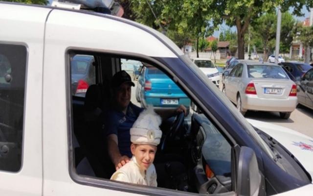Polis ekipleri sünnet çocuğunun isteğini kırmadı