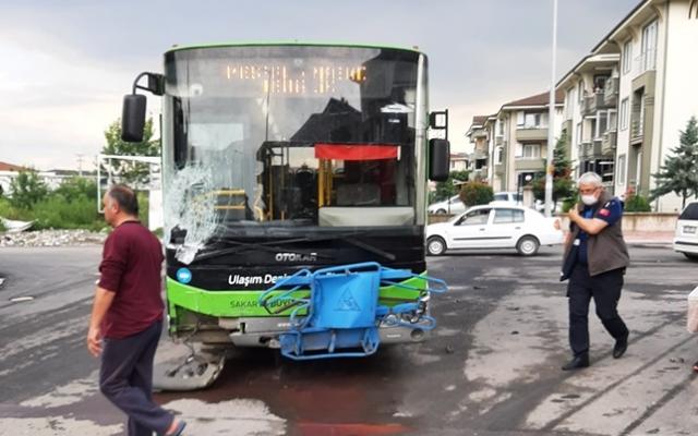 Belediye otobüsü kaza yaptı: 1 yaralıv