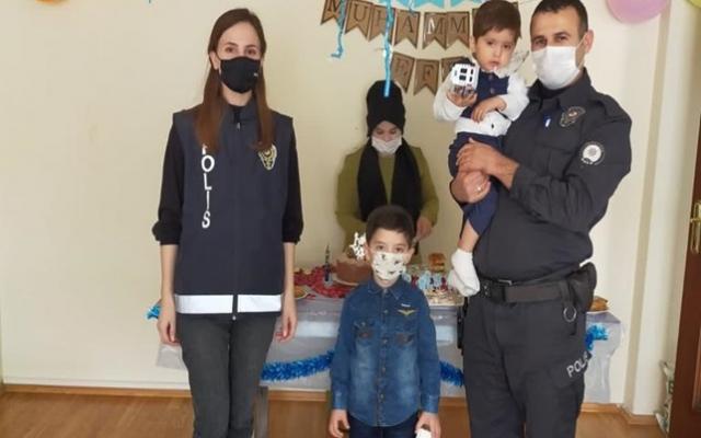5 yaşındaki Muhammet doğum gününü polislerle kutladı